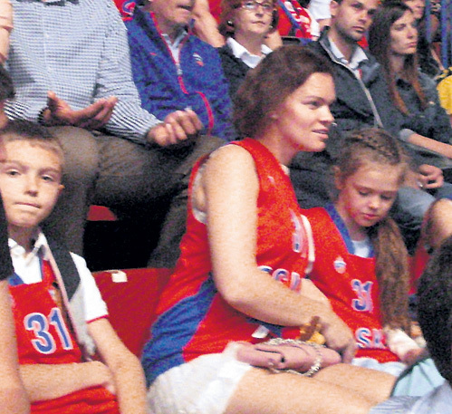 В Милане сын Вова, жена Катя и дочка Маша болели за ХРЯПУ, надев майки с его № 31