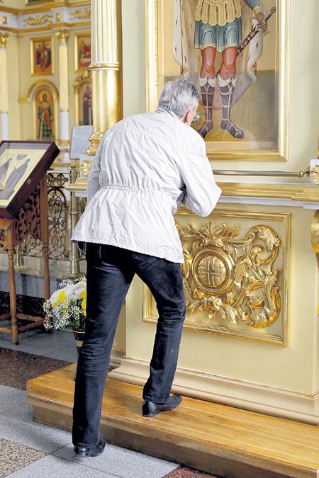 Александр Яковлевич приник к иконе святого благоверного князя Александра НЕВСКОГО…