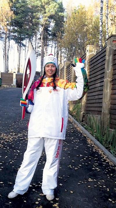 Таня позирует у забора дома актёра в спортивном костюме...