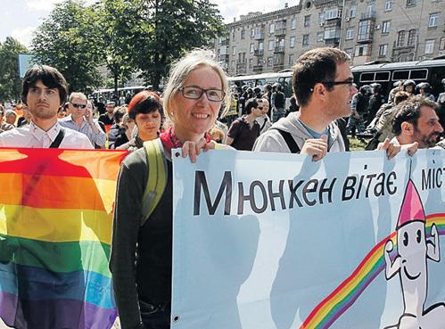 При «диктаторе» ЯНУКОВИЧЕ в Киев мирно походить по Крещатику прилетали геи со всей Европы, а при «демократе» ПОРОШЕНКО прилетают только наёмники. Фото: ИТАР-ТАСС