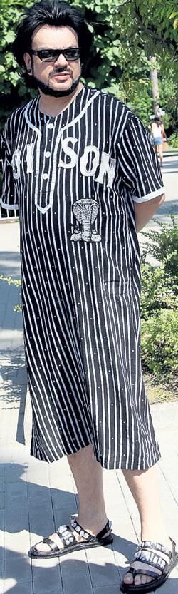 В жару Филипп предпочитал просторную одежду, позволяющую ходить без нижнего белья