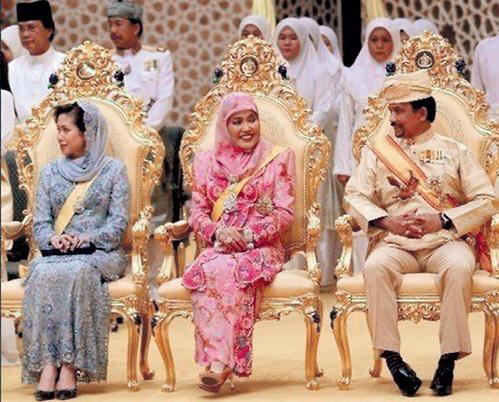 Султан Брунея, как и простой смертный мусульманин, обязан качественно удовлетворять всех своих жён