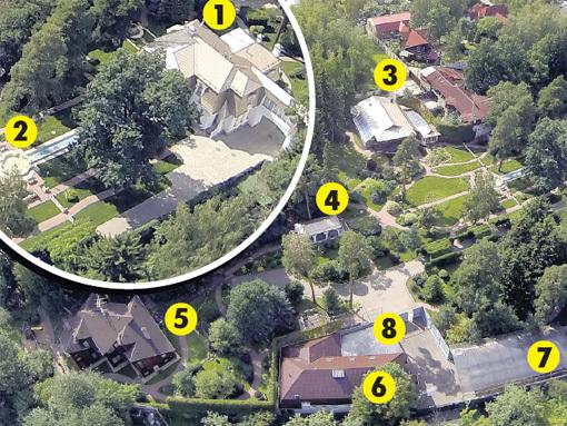 1.Трёхэтажный особняк, 2.Фонтан, 3. Крытый бассейн, 4. Беседка, 5. Гостевой дом, 6. КПП, 7. Парковка для автомобилей гостей, 8. Гараж