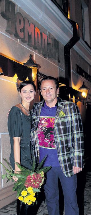 Олег МЕНЬШИКОВ с женой Настей на фоне ресторана его имени. Фото: РИА «Новости»