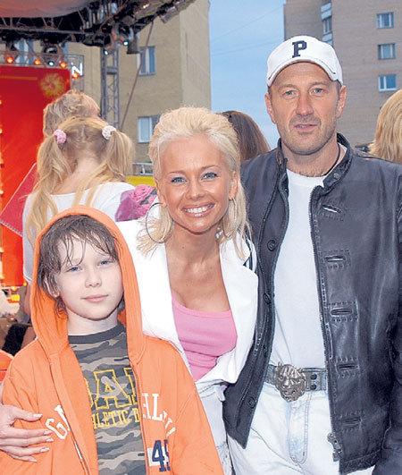 В гражданском браке Елена прожила с Максимом ОСАДЧИМ почти 10 лет (слева - сын актрисы Арсений)