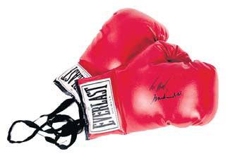 Боксерские перчатки с надписью «Берту - Мохаммед АЛИ»