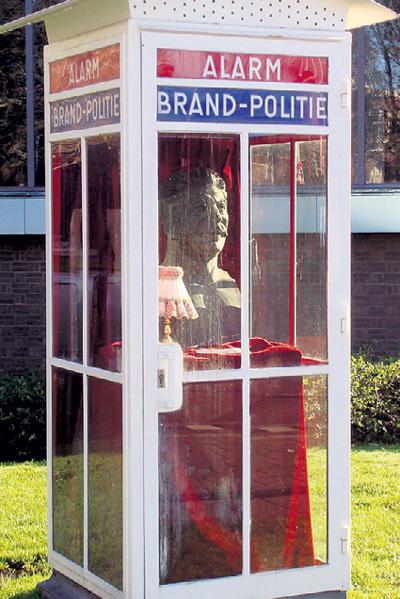 Бюст генералиссимуса в телефонной будке, выполненный Виталием КОМАРОМ и Александром МЕЛАМИДОМ, считается главной достопримечательностью квартала красных фонарей Гааги
