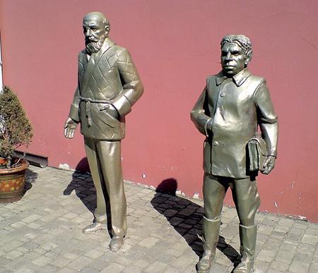 В Харькове героям «Собачьего сердца» - профессору Преображенскому и Шарикову - поставили памятник