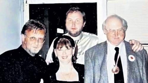 В окружении любимых мужчин - мужа Леонида и сыновей Алексея и Дмитрия - звезда даже в далекой Австралии чувствовала себя комфортно. Фото из личного архива Майи МЕНГЛЕТ