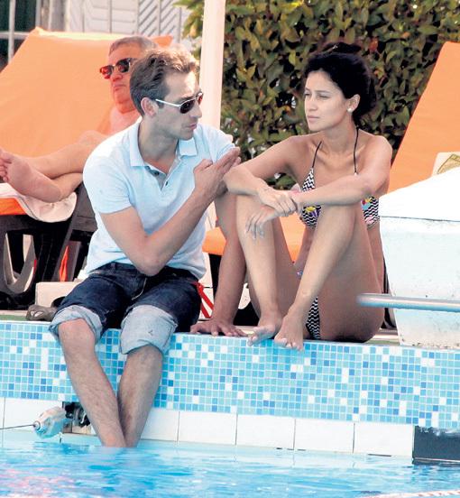 Сексапильная Анечка ЧИПОВСКАЯ время, свободное от кинопоказов, проводила у бассейна, подставляя солнышку выпуклые части тела