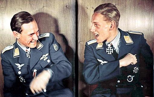 Ас Вальтер КРУПИНСКИ (197 побед) с бывшим учеником Эрихом ХАРТМАННОМ. Первый после войны стал командующим эскадрильей ФРГ в Техасе, а второй тренировал американских лётчиков. Фото: militaryimages.net