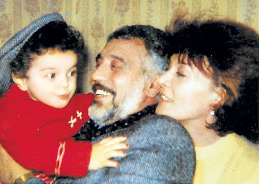 Маленькая Лаура с любимыми дедушкой и бабушкой. Фото из личного архива Лауры КЕОСАЯН