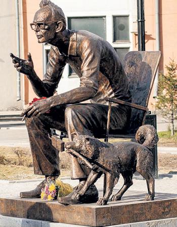 ...а спустя почти 40 лет в центре Иркутска, где прошло детство постановщика, в память о нём установили монумент