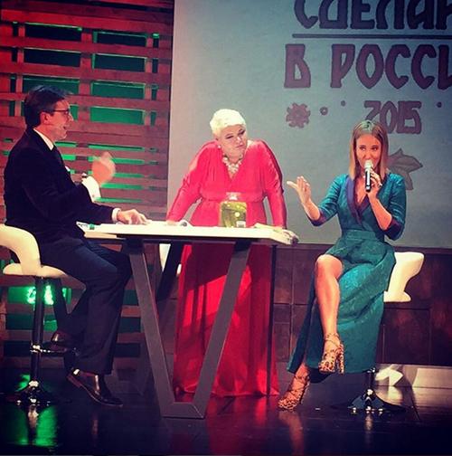 Ксения Собчак на сцене выпила водки и закусила огурцом. Фото: Instagram.