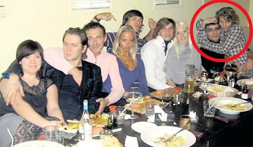 Девчонки были очень дружны и часто собирались вместе со своими парнями. Кристина на эти посиделки приходила с Виктором СТЕПАНЯНОМ (в круге). Фото: Vk.com