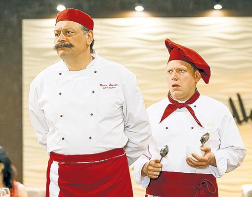 НАЗАРОВ с молодым актёром Сергеем ЛАВЫГИНЫМ в сериале «Кухня». Фото телеканала СТС