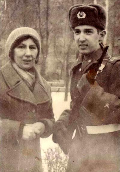 Кай МЕТОВ после присяги с мамой (ноябрь 1982 г.)