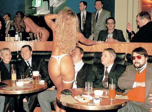 ...будущие капиталисты от комсомола уже развлекались в стрип-клубах... Фото: ribalych.ru