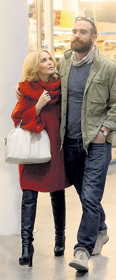 Во время недавней романтичной поездки в Париж Кайли не могла отвести глаз от Джошуа САССЕ