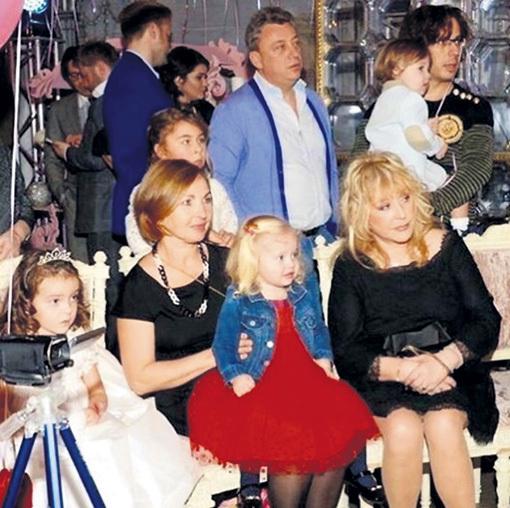 Алла и Максим впервые вывели своих детишек в свет пару недель назад. Лиза (сидит на коленях у гувернантки) и Гарри (на руках у ГАЛКИНА) пришли на день рождения киркоровской дочки Аллы-Виктории (крайняя слева). Фото: Instagram.com