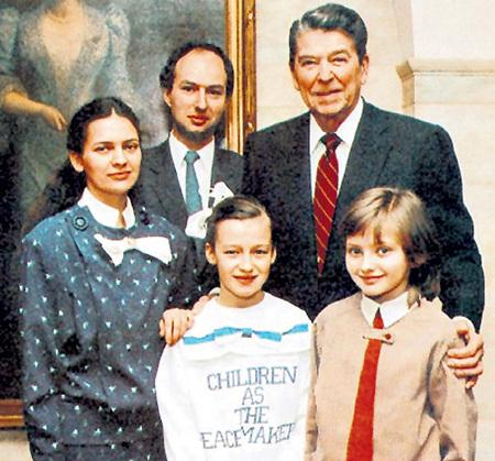 1986 г. Президент США Рональд РЕЙГАН (крайний справа), Катя ЛЫЧЕВА (крайняя справа) и мама - Марина ИГНАТЬЕВА (крайняя слева)