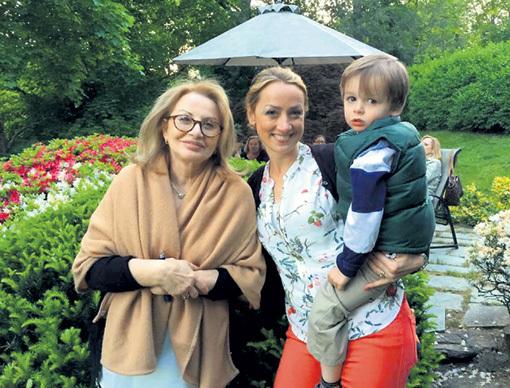 Ирина АНТОНОВА (слева) нянчит внука Сашу в американском доме дочери Кати (в центре). Фото из личного архива
