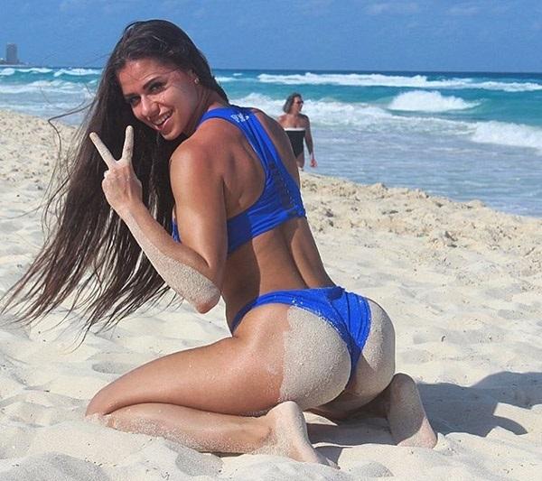 Повторяя жест Анны Стародубцевой, фитоняшка Диана Волкова приглашает нас на пляж. Ну как можно отказаться? instagram.com/di_volkowa
