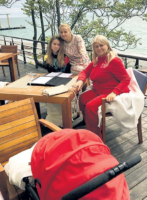 НАВКА с дочками (Саша - рядом, Надя - спит в коляске) и мамой Раисой Анатольевной в Сочи