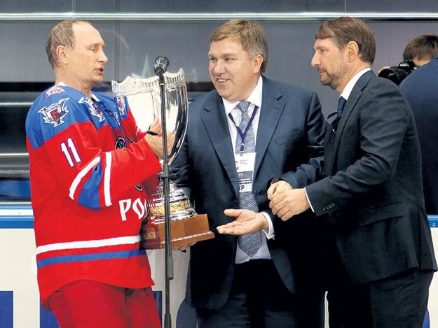 Владимир ПУТИН принимает кубок победителей от топ-менеджеров банка «Югра» Алексея НЕФЕДОВА и Юрия ГУСЕВА