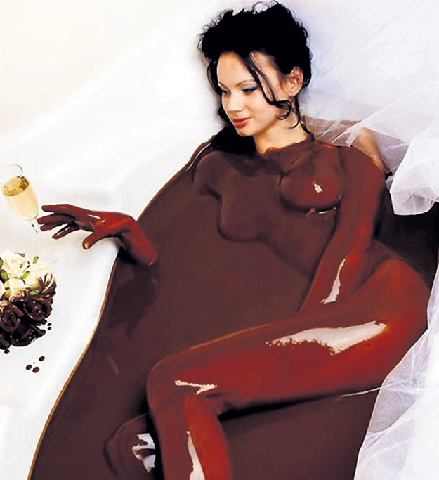 Эндорфины - гормоны радости в большом количестве содержатся в шоколаде. Так что осчастливить женщину не очень сложно