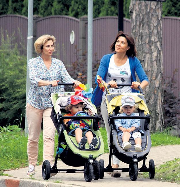 Няни стараются не просто катить коляски, а рассказывать Гарику и Лизе обо всем вокруг, развивая наблюдательность