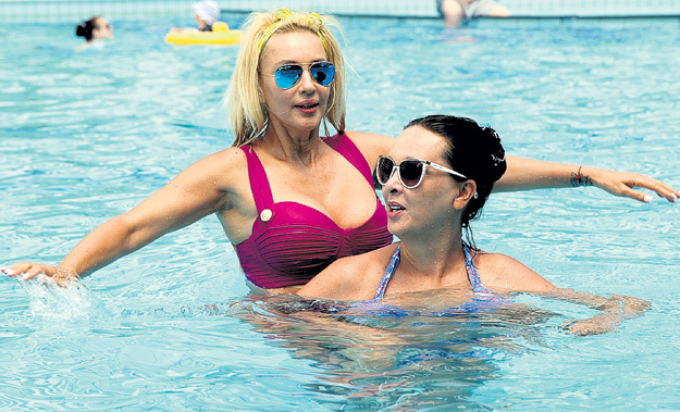 Плавая с сестрой, Валерия то и дело жаловалась: «По-моему, я ужасно выгляжу в купальнике. Не грудь, а гигантские сисяндры! Надо срочно с этим что-то делать!»