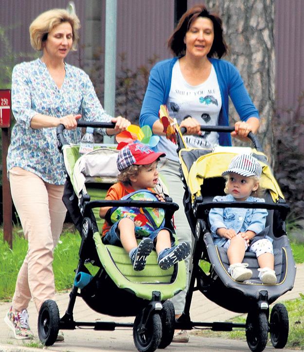 ...а няни в это время беззаботно прогуливаются с Гарри и Лизой по Юрмале