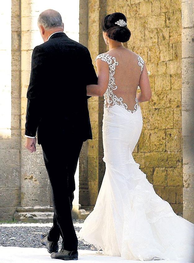 Невесту к алтарю сопровождал отец