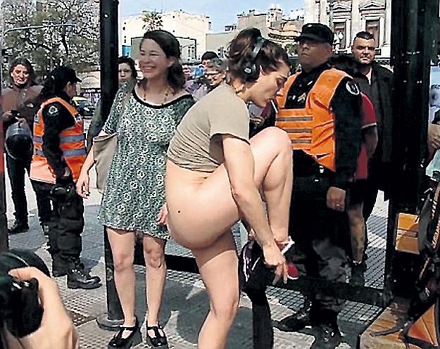 Полицейские быстро положили конец бесплатному стриптизу