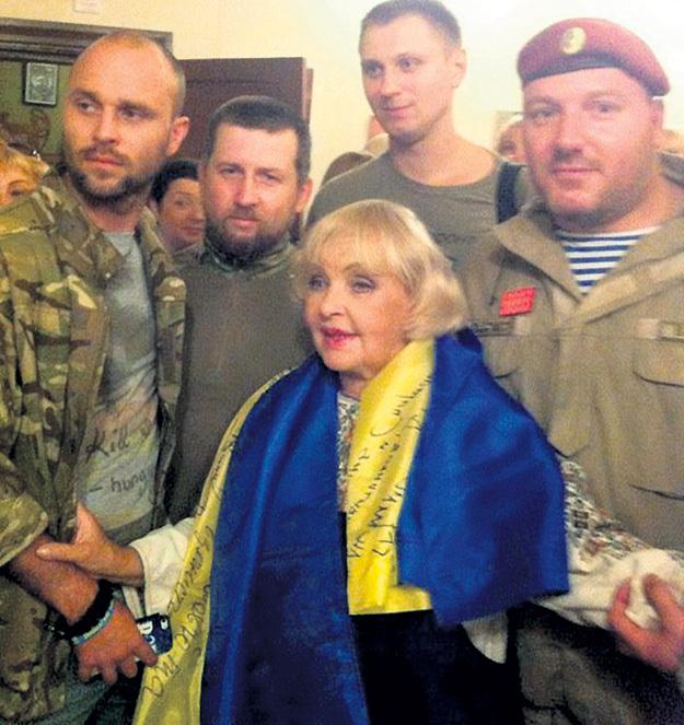 …а теперь фотографируется в окружении украинских карателей… Фото: Instagram.com