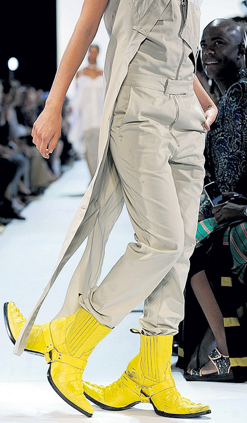 Если бы не удивительная обувь, мешковатые костюмы смотрелись бы скучно