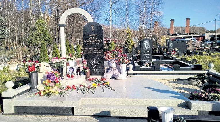 Следующей весной надгробная композиция будет закончена
