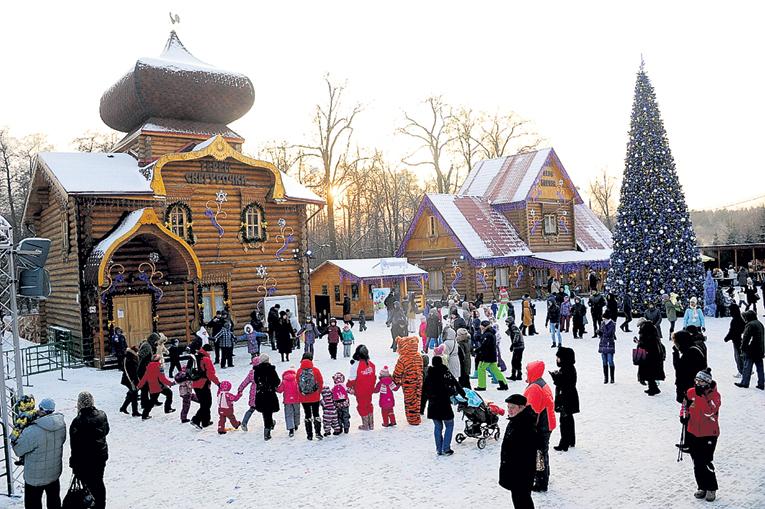 В усадьбе Деда Мороза в Кузьминках неизменно многолюдно и весело. Фото Владимира ВЕЛЕНГУРИНА/«Комсомольская правда»