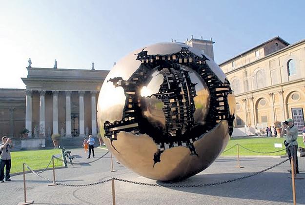 Скульптура Золотой шар в центре Ватикана повторяет глаз рептилии, как бы намекая посвящённым на того самого, следящего за всеми Большого Брата