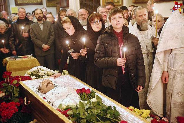 Дочь, вдова и внук покойного во время отпевания. Фото: <a href=