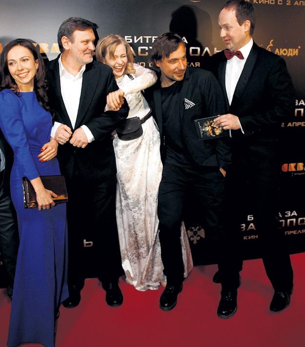 Из этой толпы звёзд только Евгению ЦЫГАНОВУ (второй справа) не нравится, что его фотографируют. Фото с сайта personastars.com