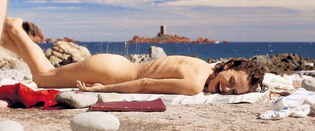 В фильме «Planetarium» героиня Натали ПОРТМАН не только принимает ванну с родной сестрой, но и загорает голой на пляже, что для 30-х годов XX века казалось весьма смелым поступком