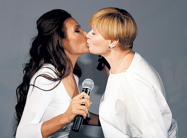 Перед нежным поцелуем Эвелина и Анна раскатали губы