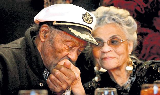 Белых женщин Чак был готов носить на руках, но68 лет прожил с чернокожей женой Тенеттой