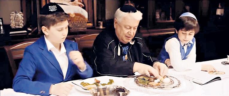Владимир ВИНОКУР делит главное блюдо седера - крутое яйцо и куриное крылышко - на троих. Фото: Facebook.com