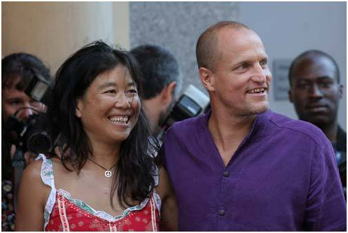Вуди Харрельсон с женой. Источник: google.ru