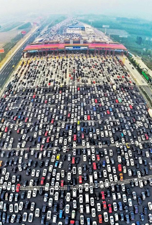 Пробка в 46 рядов каждый вечер растягивается под Пекином на многие километры, когда миллионы китайцев едут с работы домой. Невозможно представить, сколько бензина и кислорода сжигают эти автолюбители