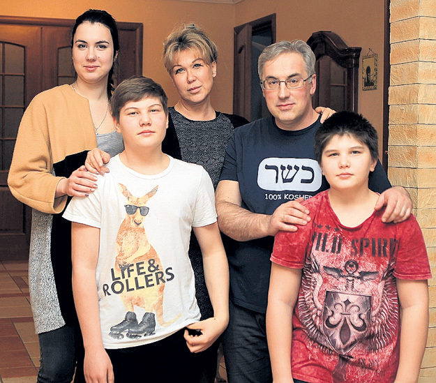Супруги с младшими детьми - Александрой, Артёмом и Алексеем
