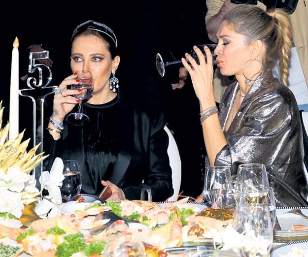 Вера БРЕЖНЕВА (справа) и её подружка налегали на шампусик